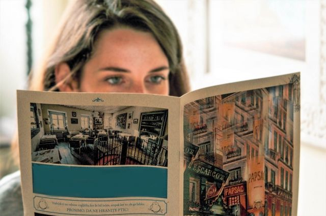 英字新聞を読む外国人女性