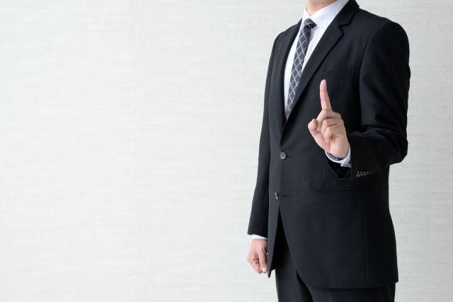英語翻訳サービスについて紹介するビジネスマン